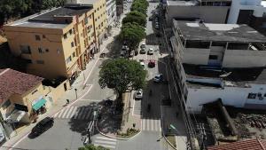 Os suspeitos foram flagrados pela Polícia Militar ao furtar uma loja de eletrodomésticos no Centro da cidade. Houve troca de tiros e perseguição pelas ruas do município na madrugada deste sábado (30)