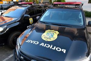 A vítima, segundo a polícia, estava acompanhado por uma amiga no local. Por volta das 2h da madrugada desta quarta-feira (5), homens armados atiraram de dentro de um carro. Um disparo acertou a vítima na cabeça