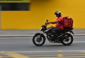 Paralisação dos entregadores de aplicativos da capital paulista é contra as más condições de trabalho e o repasse de taxas de entrega cada vez menores à categoria