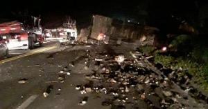 Carreta tombou sobre ponte, interditando o fluxo de veículos. De acordo com a Polícia Rodoviária Federal, a pista só foi totalmente liberada por volta das 4h30 desta quinta (15)