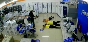 Se passando por clientes, os criminosos assaltaram a loja e levaram mais de 120 aparelhos eletrônicos em Vitória. Um deles estava armado com uma submetralhadora e outro com uma pistola