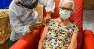 É necessário o agendamento em uma unidade de saúde para receber a vacina. O município tem 1.461 pessoas cadastradas na faixa etária de 80 a 84 anos