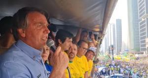 Com protestos, presidente consegue interromper queda de popularidade com discurso mais radical, mas palavras mais duras geraram isolamento político do Centrão