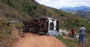 Motorista não se feriu em acidente registrado na manhã desta sexta-feira (24), mas carga e veículo fecharam a pista para veículos menores