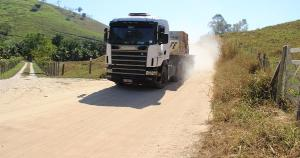 Segundo a administração municipal, a poeira causada pelos veículos é o principal motivo para a medidas. A prefeitura alega ainda que as carretas transitam com peso acima do permitido