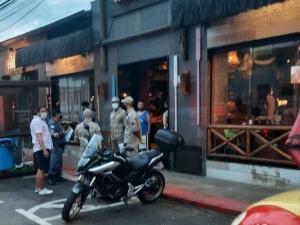 Três restaurantes localizados no bairro Jardim Camburi mantiveram as portas abertas após às 16 horas no domingo (10), o que não é permitido durante a pandemia de Covid-19
