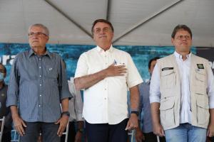 Dezenas de apoiadores do mandatário aguardavam para vê-lo. Bolsonaro foi recebido também pelos convidados, ovacionado aos gritos de 'mito'