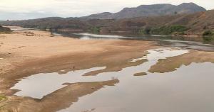 Segundo um especialista, além da falta de chuvas, outros fatores contribuem para o atual estado do rio e o aparecimento dos bancos de areia