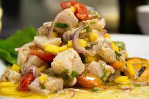 O prato ícone da culinária peruana é uma sugestão refrescante da chef Mônica Pimentel, que comanda um bistrô de cozinha internacional em Vitória