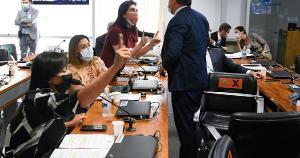 Mulheres não foram indicadas pelos partidos para compor comissão, mas conseguiram, por meio de acordo, fazer perguntas a depoentes. Senadores têm reagido à presença delas na CPI com interrupções e ironias