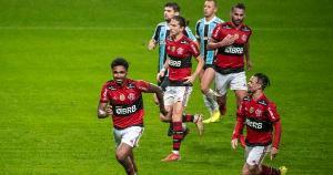 Com um jogador a menos por grande parte do jogo, Flamengo viu seus coadjuvantes comandarem um baile em Porto Alegre