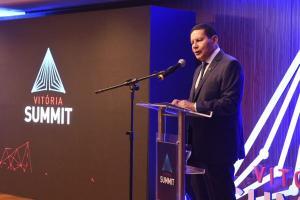 No Vitória Summit, evento da Rede Gazeta, o vice-presidente defendeu a aprovação de uma PEC para reduzir salários de servidores. 'O que é melhor: receber 75% do salário ou não receber nada, como acontece em alguns Estados?'