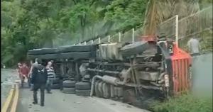 Veículo descia a rodovia ES 164, no distrito de Soturno, quando tombou e atingiu o muro de uma empresa na tarde desta sexta-feira (17)