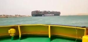 Cargueiro de 400 metros de comprimento encalhou na via marítima entre o Mar Mediterrâneo e o Mar Vermelho que tem 365 metros de largura, impedindo a passagem de qualquer outra embarcação