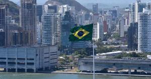 Que possíveis razões teriam levado Paulo Mendes da Rocha, que faria 93 anos neste 25 de outubro, a projetar uma arquitetura praticamente opaca junto à baía de Vitória?