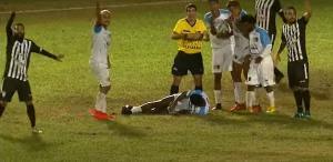 O volante Henrique ficou desacordado e foi retirado de ambulância do estádio Emílio Nemer, em Castelo; o jogo ficou paralisado por cerca de 25 minutos