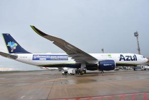 A aeronave da Azul, que estava parada no Aeroporto de Recife aguardando a autorização para embarcar para a Índia na operação de busca de vacinas, voltou para SP e vai ajudar no socorro ao sistema de saúde do Amazonas