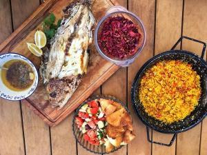 Nossa colunista ensina a preparar peixe assado, arroz crocante de açafrão, repolho refogado e salada mediterrânea para começar o ano com boas vibrações