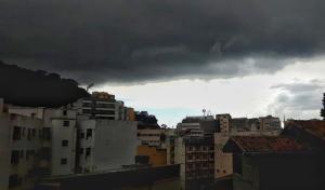 Nuvens carregadas escureceram o céu da Capital, veja fotos. Os institutos emitiram alertas de chuvas fortes para o Espírito Santo. Em Viana, um ouvinte da Rádio CBN Vitória (92,5 FM) fez o registro de muita chuva na estrada