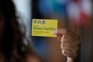 Bolsa Família é prova de que receber uma renda mínima garante que o trabalhador se mantenha motivado a procurar emprego e não recaia no desalento, e ainda contribuiu para a queda da natalidade em algumas regiões