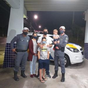 Pai levou o filho Pyetro ao Posto Policial de Manguinhos, em busca de ajuda. Criança parou de respirar após se engasgar com brinquedo