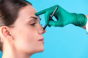 A busca pelo termo no Google teve um aumento de 4.800% durante o período de isolamento. A cirurgia plástica do nariz está bombando nos últimos meses, segundo especialistas