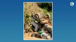 O acidente aconteceu na tarde desta terça-feira (5) e, como a ponte é de madeira, parte dela ficou quebrada após a queda do caminhão. Motorista não se feriu