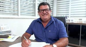 Tininho Batista ampliou gastos com publicidade em ano eleitoral e utilizou propaganda institucional para promoção pessoal, de acordo com a decisão. Prefeito ainda pode recorrer e, por isso, permanece no cargo