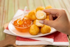 Suas sobras de risoto podem virar um bolinho pra lá de chique, o arancino, que vai à mesa bem acompanhado por geleia de pimenta