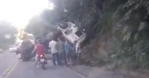 Segundo a Polícia Militar, o motorista perdeu o controle da direção e tombou na ES 166, rodovia Pedro Cola. Veículo transportava uma retroescavadeira