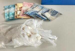 Os dois homens e uma mulher foram abordados na BR 262. Eles estavam com 40 papelotes de cocaína