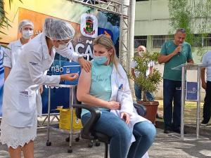 Colatina e Linhares iniciaram a vacinação contra a Covid-19 através de cerimônias simbólicas realizadas na manhã desta quarta-feira (20). Em Linhares, a primeira pessoa vacinada no município foi a enfermeira Fernanda de Carli, de 40 anos