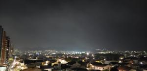 De acordo com relato de pessoas que moram na região de Jardim Camburi, Jardim da Penha, Praia do Canto e Mata da Praia, se trata de uma fumaça branca e densa que encobre os bairros