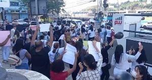 Os profissionais de saúde reivindicam melhores condições de trabalho e de salário. A manifestação deixou o trânsito lento na Avenida Jerônimo Monteiro