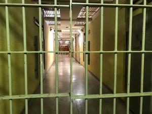 Casos de crimes e de fugas ocorridos durante o cumprimento do benefício coloca em discussão o direito garantido pela Lei de Execuções Penais