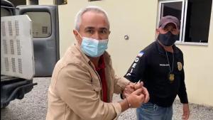 Ao sair algemado do carro da Polícia Civil, o vereador afirmou: 'Eu sou inocente. Os culpados estão soltos. Estou pagando por coisas que não fiz'