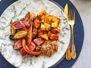 O corte bovino também é conhecido como denver steak e tem excelente marmoreio. Veja receita com legumes tostados e farofa de bacon